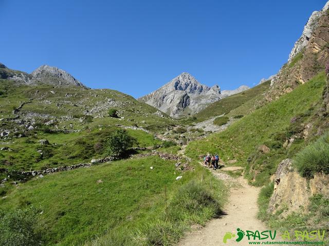 Ruta Peña Ubiña por la Arista Norte: Camino a la Vega de Meicín