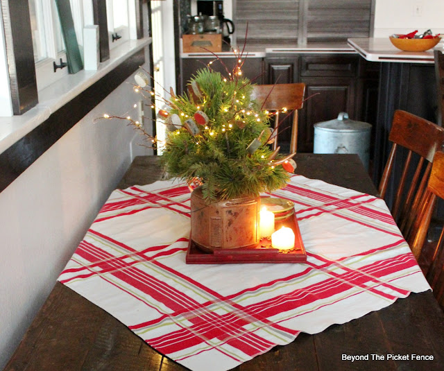 farmhouse Christmas, vintage tablecloth, Christmas home tour, https://goo.gl/xpejCP