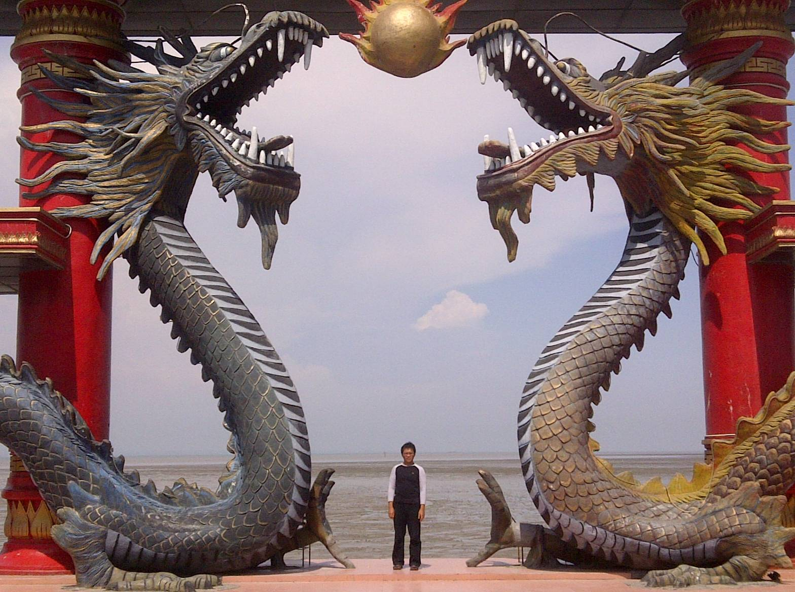 Giant Dragon Statue Here Be Dragons Amazing Statues And Sculptures Of Dragons