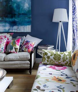 sala con sofá colorido