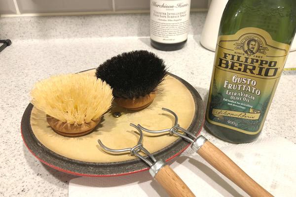 キッチンブラシは油膜でカビとひび割れガード