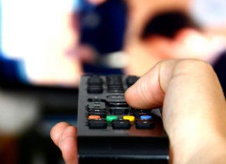 Idoso causa confusão ao assistir filme pornô com volume alto
