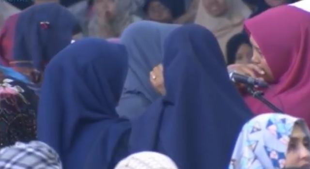 Diiringi Isak Tangis, Mahasiswi Ini Langsung Ucapkan Syahadat Di Acara Dr Zakir Naik Di Bandung