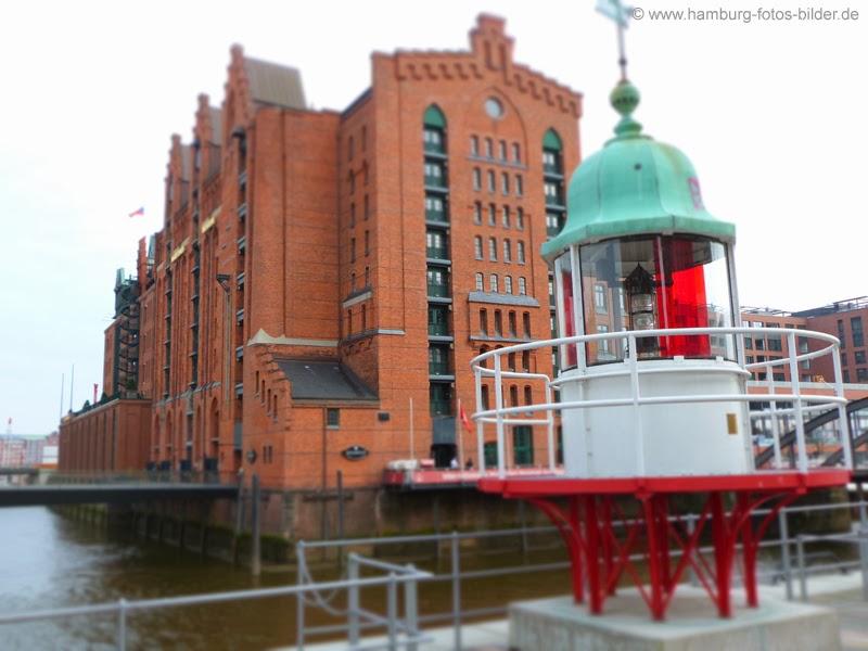 Kleiner Leuchtturm vor dem Maritimen Museum in Hamburg