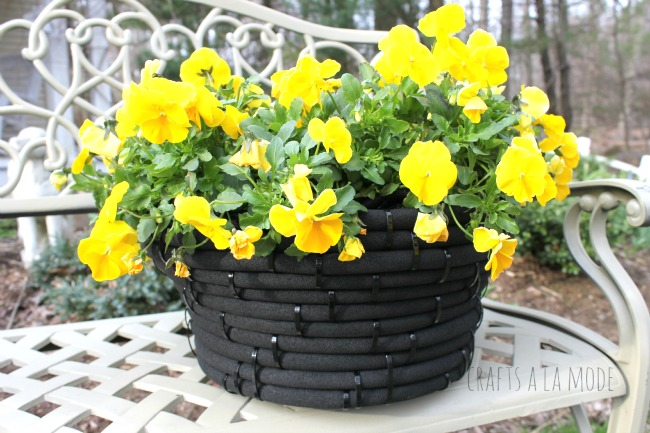 Tutorial on how to make a flower pot from an old hose.
