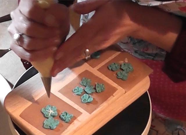Sommerliche Tiramisu-Torte mit Blüten aus Buttercreme: Sonnenblumen, Rosen, Hortensien, Himmelsschlüssel und Vergissmeinnicht - Videotutorial, Vergissmeinnicht aus Buttercreme spritzen