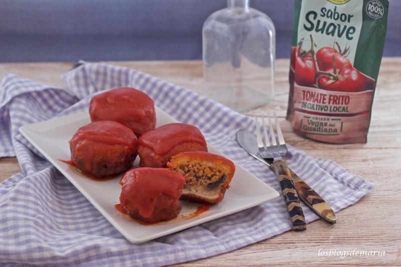 Champiñones rellenos de carne en salsa de tomate