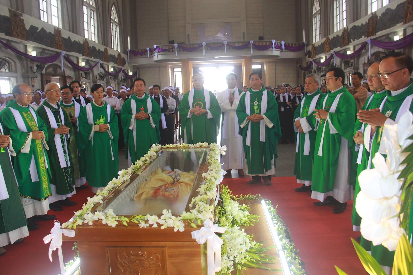 Ngày thứ Ba: Kính viếng và cầu nguyện cho Đức cha Phanxicô Xaviê Nguyễn Văn Sang - Ảnh minh hoạ 2
