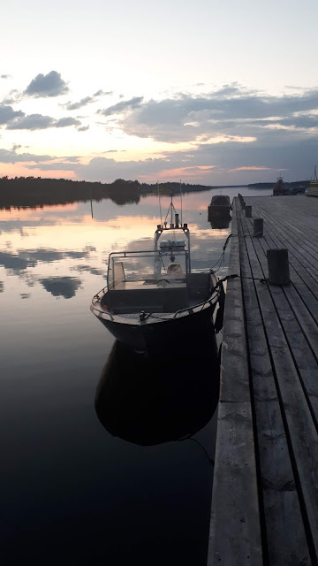 Vene laiturissa auringonlaskussa.