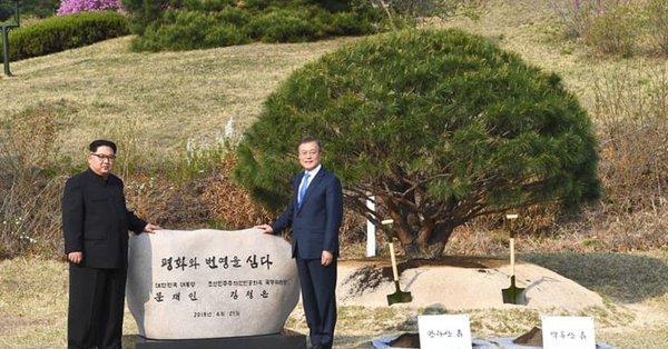 e802197d6bff5 قال زعيم كوريا الشمالية كيم جونغ أون، اليوم الجمعة 27 نيسان، إن الشعب الكوري  واحد ولن يفرق بينه شيء. وأعرب عن أمله بأن يتحد الشعبان مستقبلا، قائلا
