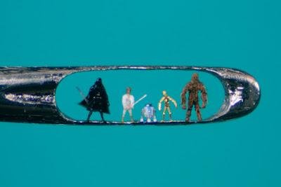 Arte miniatura en el ojo de agujas para costura