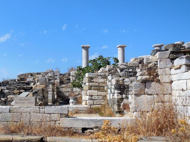 Zabytkowe ruiny, ściany i kolumny Domu Inopos na tle błękitnego nieba na wyspie Delos Cyklady Grecja