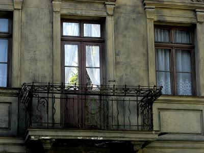 Hausfassade mit Balkon.