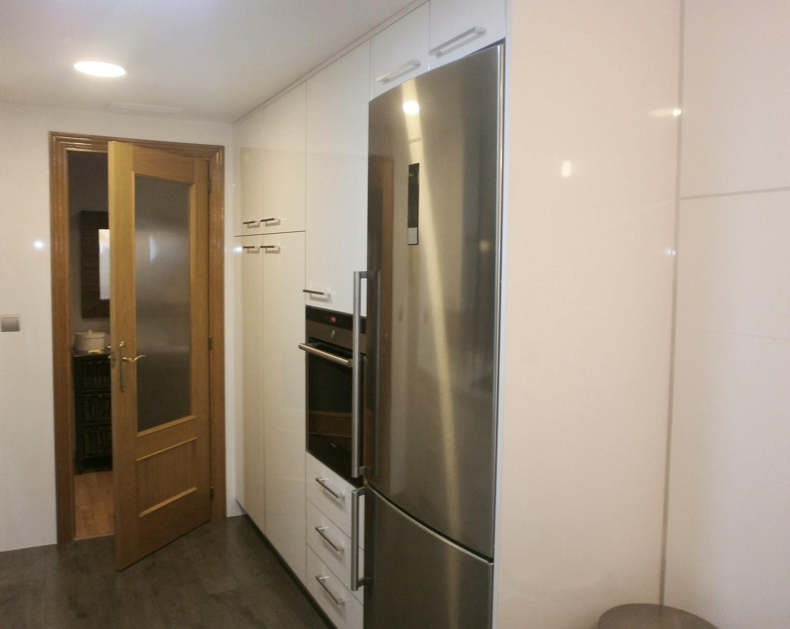C mo lograr m s amplitud visual en la cocina cocinas con for Mueble columna cocina