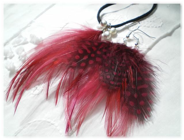 collier et boucles d'oreilles plumes bordeaux tachetées