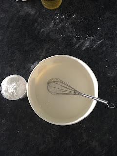 Mélange fécule de maïs et savon  pour réalisation pâte à modeler lavante pour le bain