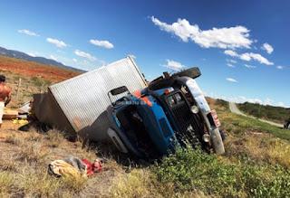 Caminhão tombou em trecho da BA-148