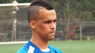 Biografi Aron Da Silva  Biodata   Nama lengkap: Aron Muniz Teixeira Da Silva  Tanggal lahir: 2 Desember 1983 (umur 32)  Tempat lahir: Brazil  Tinggi: 1.81 m (5 ft 11 in)  Posisi bermain: Forward                                     Aron Muniz Teixeira Da Silva adalah pemain sepak bola Brasil yang bermain untuk klub Liga Super Indonesia Persib Bandung. Aron Da Silva lahir di Brasil pada 2 Desember 1983. Ia memiliki Nama lengkap Aron Muniz Teixeira Da Silva. Setelah menghabiskan sebagian besar kariernya di kompetisi Thailand, kini ia siap menjadi andalan baru Maung Bandung. Aron Da Silva diharapkan bisa menjadi andalan baru lini depan.                                     Aron Da Silva bukan kali ini saja dihubungkan dengan klub kebanggaan masyarakat Bandung. Akhir tahun 2014, Aron sempat nyaris dikontrak Persib meski kemudian batal bergabung. Ia merupakan wajah baru di kancah sepakbola tanah air, namun sejatinya memiliki reputasi yang tergolong baik selama berkiprah di kompetisi Thailand sejak tahun 2010 lalu.