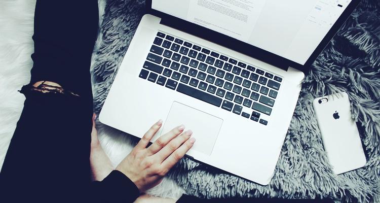pisanie na laptopie blog