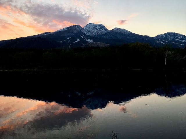 黄昏時の妙高山の写真