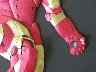 Iron man hecho con cartón reciclado