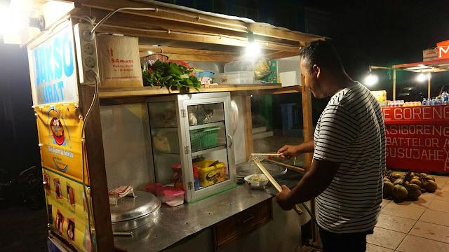 Wawan, pemilik gerobak bakso di Alun-alun Karimunjawa