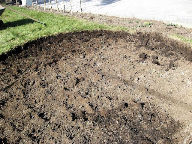 En sirkel av brostein blir til i Furulunden, gravd ut 15 cm dybde på sirkelen.