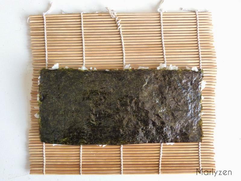 Recouvrir de la seconde moitié de feuille d'algue.
