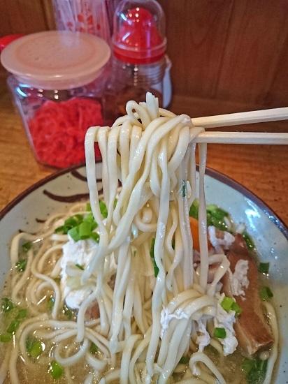 マブイすばの麺の写真