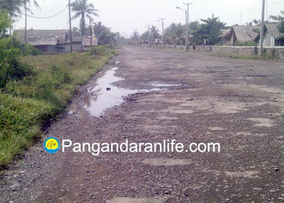 Foto kerusakan jalan di pesisir Pantai Pangandaran