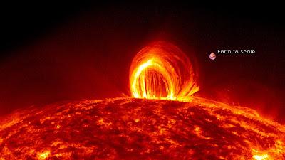 Superficie solar con la Tierra a escala