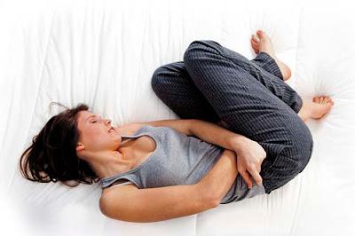 Mujer sufriendo dolores reglosos