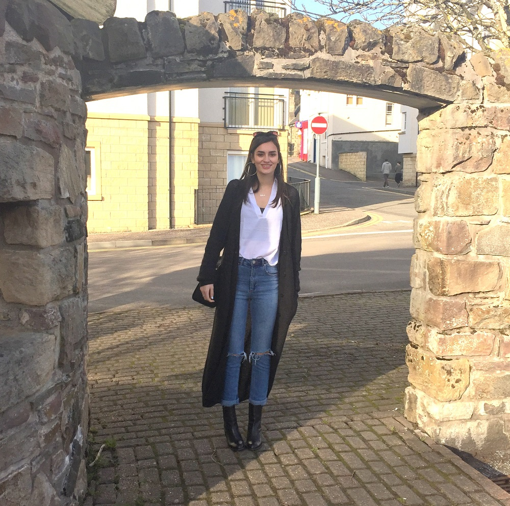 peexo fashion blogger wearing asos maxi cardigan and white shirt and farleigh asos mom jeans with ripped knees and black boots and black michael kors selma bag