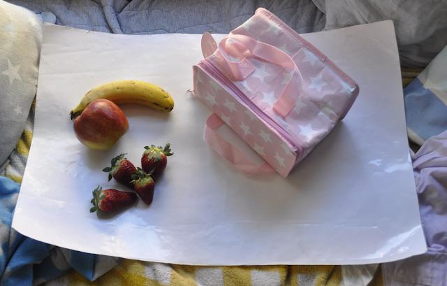 sobre una cartulina la bolsa junto frutas