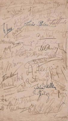 Firmas de muchos de los ajedrecistas participantes en la Olimpíada de Ajedrez de La Haya de 1928