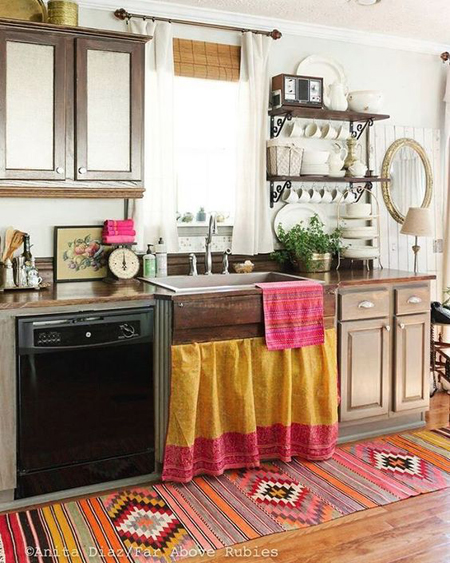 Cozinha com decoração boho com paneleiro de ferro e madeira