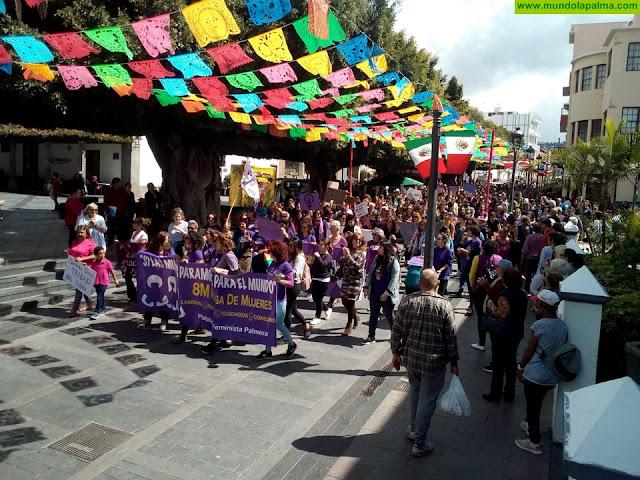 El Ayuntamiento de Los Llanos convirtió ayer la Plaza de España en un espacio de reivindicación feminista