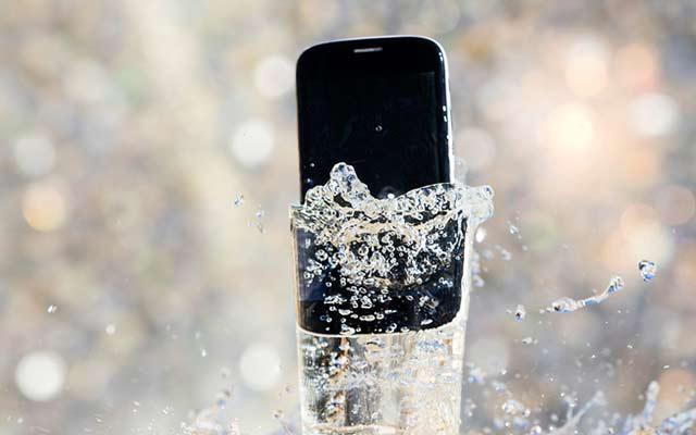 Cara Pertolongan Pertama untuk Smartphone Terkena Air 1