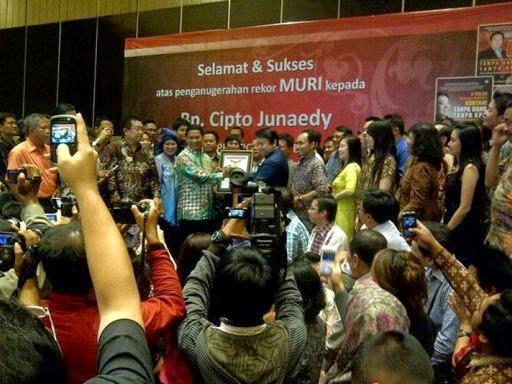 Foto Cipto Junaedy Mendapat Penghargaan MURI