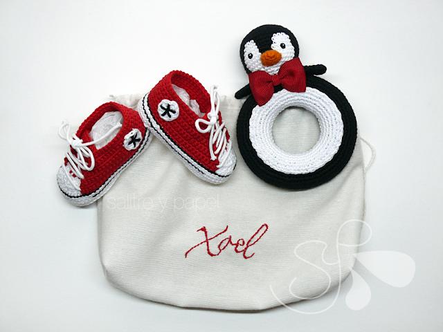 conjunto patucos, sonajero pingüino amigurumi y bolsa personalizada