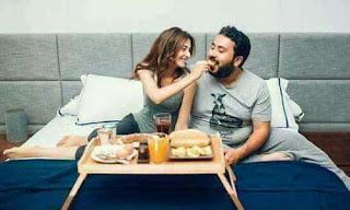 صورة رومانسية لشابة تناول الفطار لحبيبها
