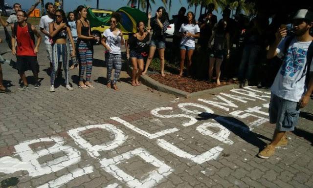 Baderneiros do grupo levante popular protesta em frente à casa do grande líder da Direita Brasileira Jair Bolsonaro