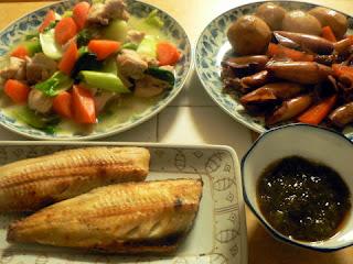 里芋とイカの煮物 ホッケ焼き 鶏肉炒め煮 もずく