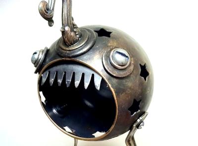 Personaje hecho con objetos de metal reciclados