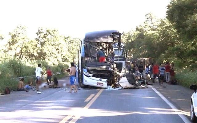 Colisão entre ônibus e carreta em Goiás deixa pelo menos sete mortos