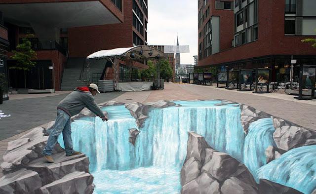 Taşlar arasından dökülen bir nehri gösteren kaldırım sanatı resmi