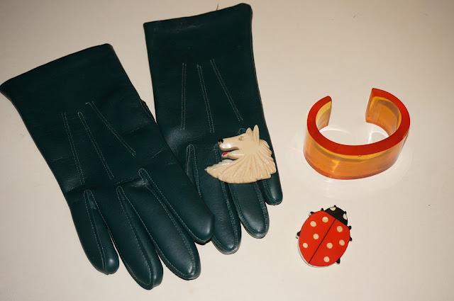green pleather gloves gants simili cuir vert ladybug ladybird brooch wolf dog coccinelle chien lup broche bracelet plexiglass bangle yellow clear transparent plexiglas vintage années 60 70 1970s 1960s 60s 70s