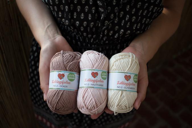 Do it yourself | DIY | Anleitung für eine runde, selbst gehäkelte Kissenhülle aus Baumwollgarn in zwei Farben