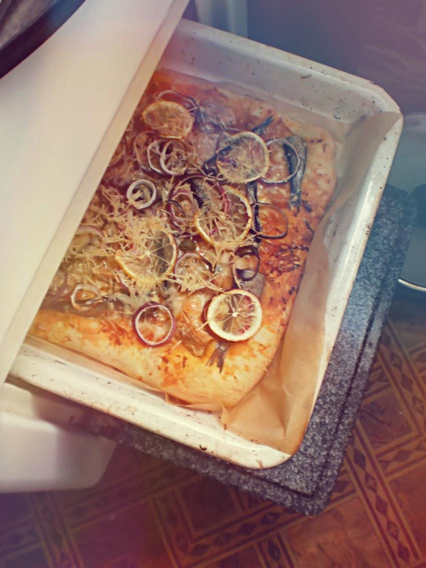 naminė pica su tunu ir šprotais