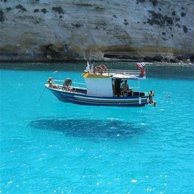 Ini hanya ilusi optik biasa yang diciptakan oleh air yang sangat jernih